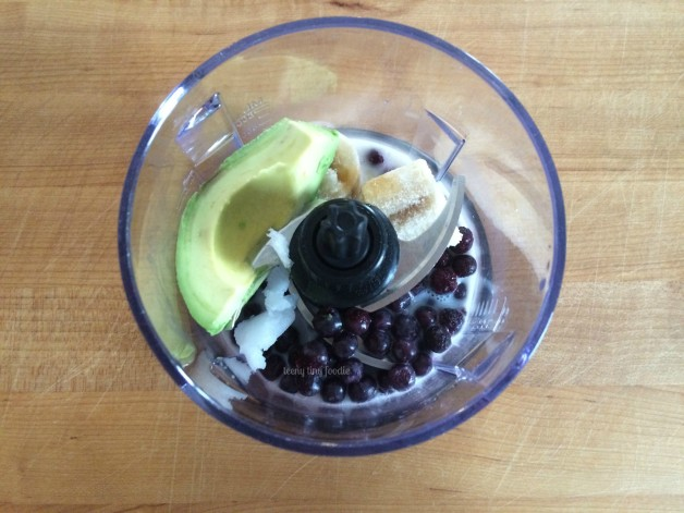 The colorful ingredients in this Avocado Blueberry Smoothie Bowl are packed with anti-oxidants and vitamins that promote a healthy heart. Make one with your little sous chef today! #teenytinyfoodie #KidsCookMonday